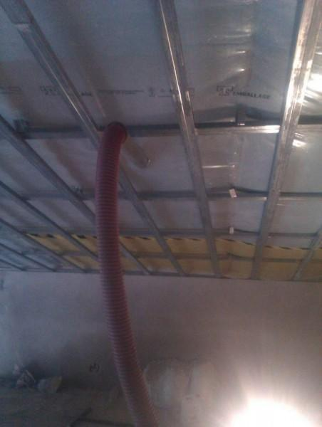 wtryskiwanie piany w sufit poddasza